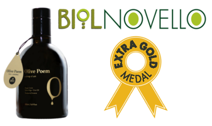 A dark bottle of Olive Poem olive oil on the left, the word Biolnovello on the top right, and an Extra Gold medallion drawing below it